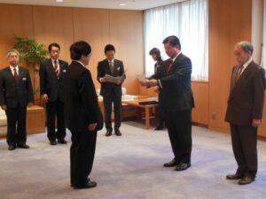 議会事務局職員への辞令交付